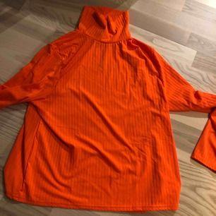 Ny neonpolo från boohoo. Den är mer orange i verkligheten :) mindre i storleken! Frakt inkluderad🥰