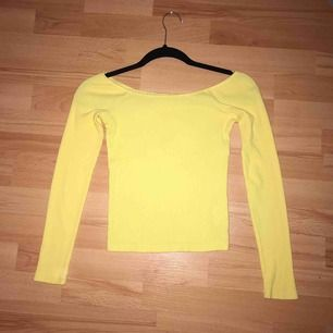 Säljer min gula ribbad of shoulder tröja från Bik Bok i storlek XS, använd max 5 gånger. Frakt ingår ej i priset..