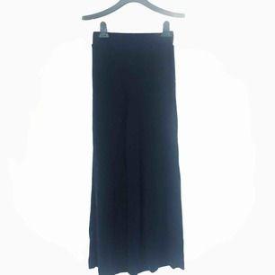 Mörkblå, glittriga culottes byxor!✨✨ svårt att fånga glittret på bild så om ni är intresserade så skockar jag gärna fler bilder!!💛💛 säljer pga dom är för små!