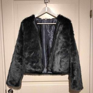 Super söt och varm fake pälsjacka från Lindex. Skulle passa XS. Säljer för att den inte har kommit till användning..