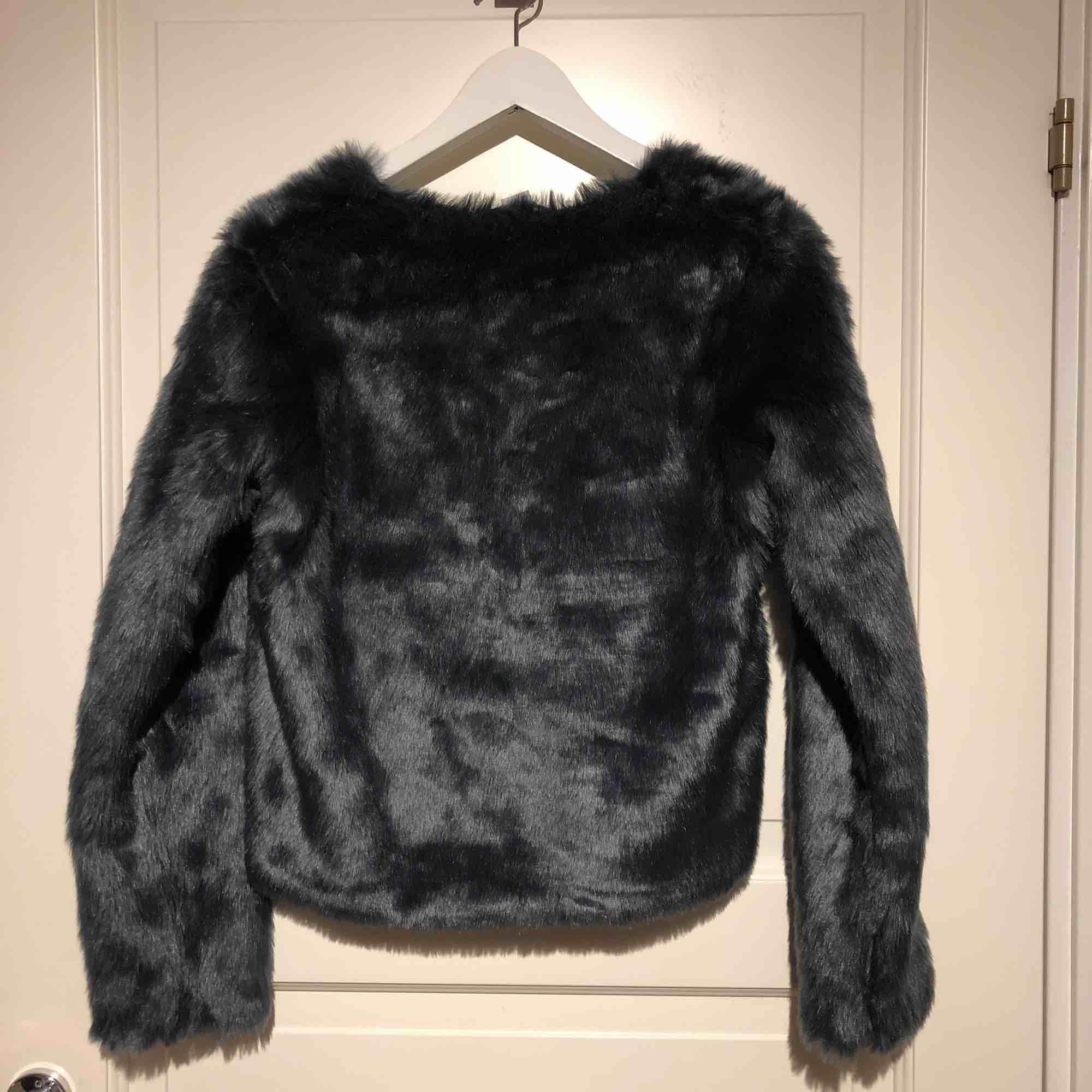 Super söt och varm fake pälsjacka från Lindex. Skulle passa XS. Säljer för att den inte har kommit till användning... Jackor.