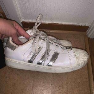 Fina adidas superstar skor, fint skick men behöver tvättas
