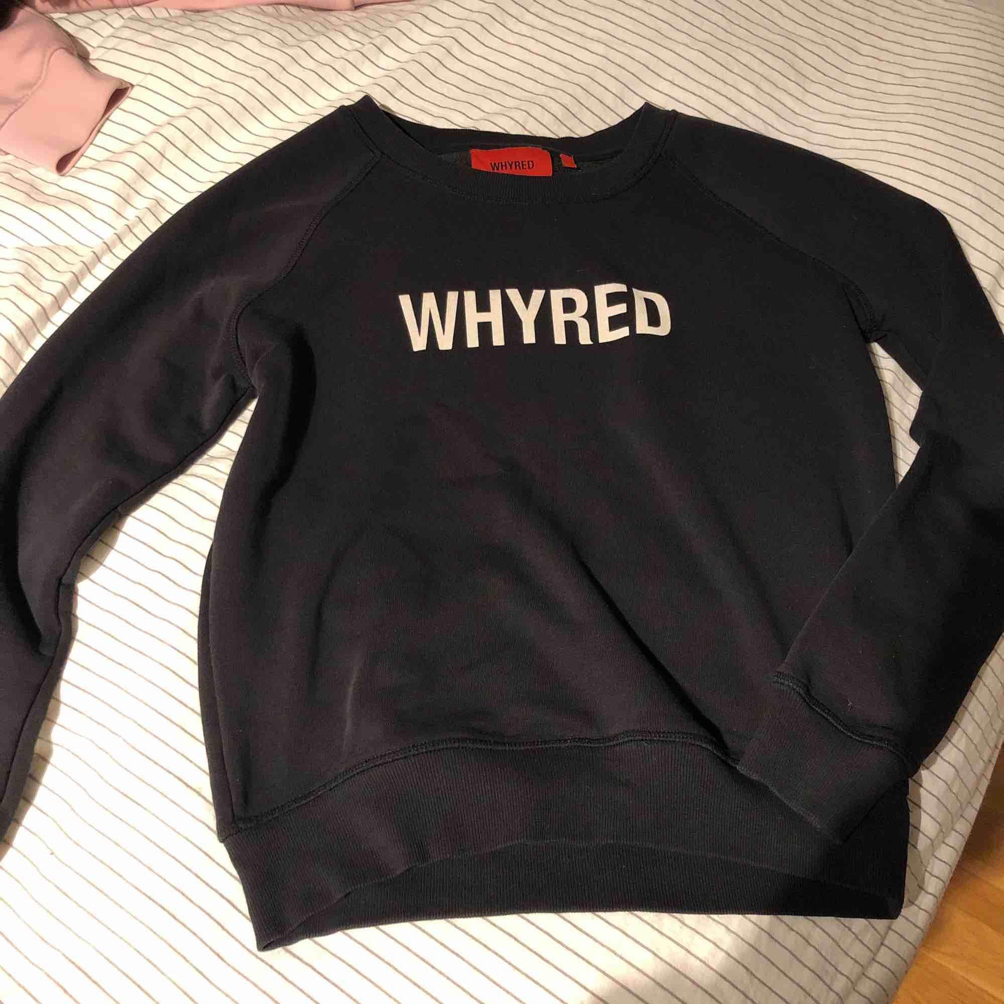 Ganska simpel tröja med WHYRED tryck och även ett coolt tryck på ryggen. Säljer för att har börja växa ur den. Tröjor & Koftor.