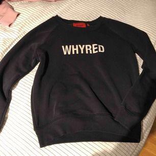 Ganska simpel tröja med WHYRED tryck och även ett coolt tryck på ryggen. Säljer för att har börja växa ur den