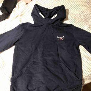 Säljer denna marinblåa hoodien från marqy. Säljer för att jag har vuxit ur den. Köpte först på kidsbrandstore