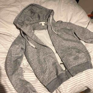 Simpel grå zip up hoodie från hm.