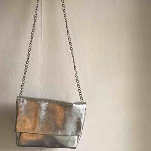 Cool silvrig väska från Pull & Bear!