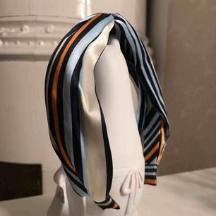 Säljer mitt fina hårband från Glitter🌟 Använd 1 gång men det sitter jättefint!
