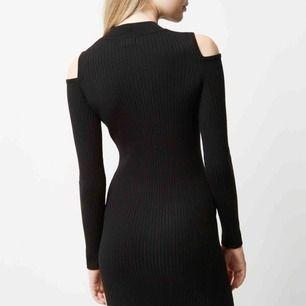 Ny svart klänning med prislappen kvar från River Island, storlek 8 (36) Nypris £30 (390kr + frakt)  Frakt kostar 54kr extra, postar med videobevis/bildbevis. Jag garanterar en snabb pålitlig affär!✨ ✖️Fraktar endast✖️