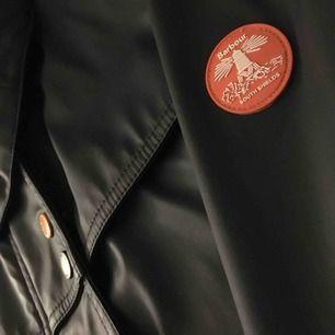 Ny barbour regn jacka. Knappt använd. Perfekt för en regnig dag. Lite stor i storleken så passar bra på en 36-38. Pris kan diskuteras!