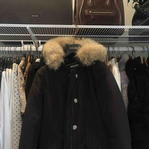 Säljer min i princip helt nya Woolrich jacka. Nypris 7499 från NK. Storlek S men passar även M och XS. Avtagbar päls (äkta). Pris kan diskuteras vid snabb affär. Kan frakta och mötas upp i Göteborg.🎀