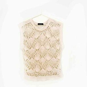 Stickat linne från VILA i ljusrosa/ beige! Kan användas både enskilt eller med en tröja under! Storleken är rätt stor så skulle säga att den passar även M!