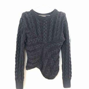 Mörkblå stickad tröja från Hunkydory med asymmetrisk kant!