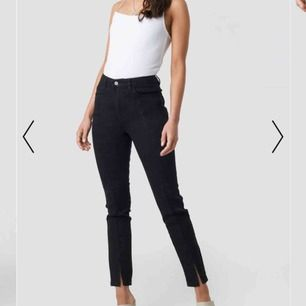 Svarta jeans med en slit från nakd i storlek 36, OANVÄNDA!