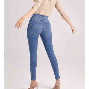 """""""Butt Shaper Mid Rise Skinny Jeans"""" från BooHoo😍Säljer dom pga min viktförändring. SÅ sköna och formar rumpan snyggt!! Passar S och en liten M💕I jätte fint skick, dyrare vid inköp!"""