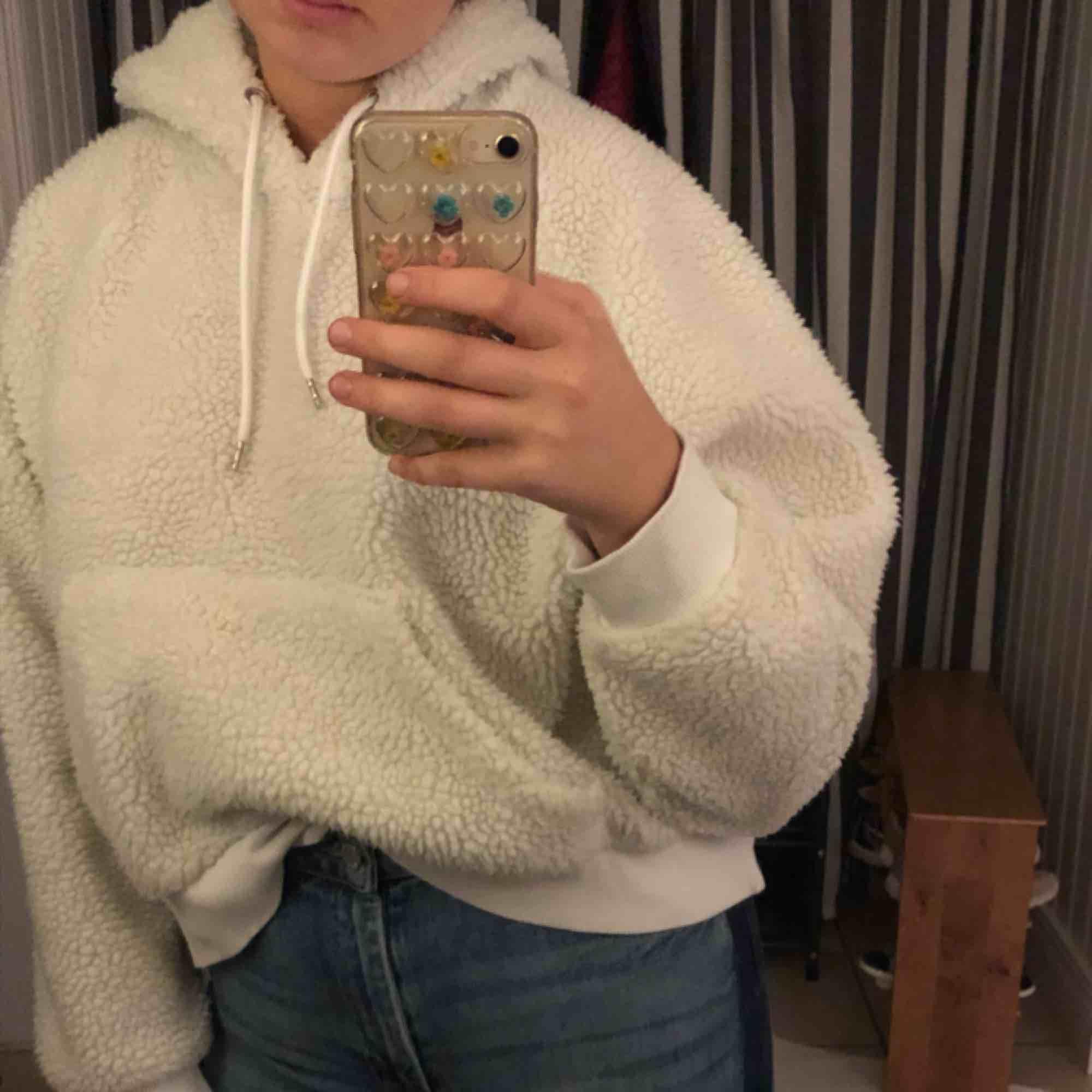 Vit hoodie i teddymaterial. Köpt från Monki för 500kr, knappt använd. Nyskick! Möts helst upp i Stockholm. Huvtröjor & Träningströjor.