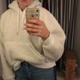 Vit hoodie i teddymaterial. Köpt från Monki för 500kr, knappt använd. Nyskick! Möts helst upp i Stockholm