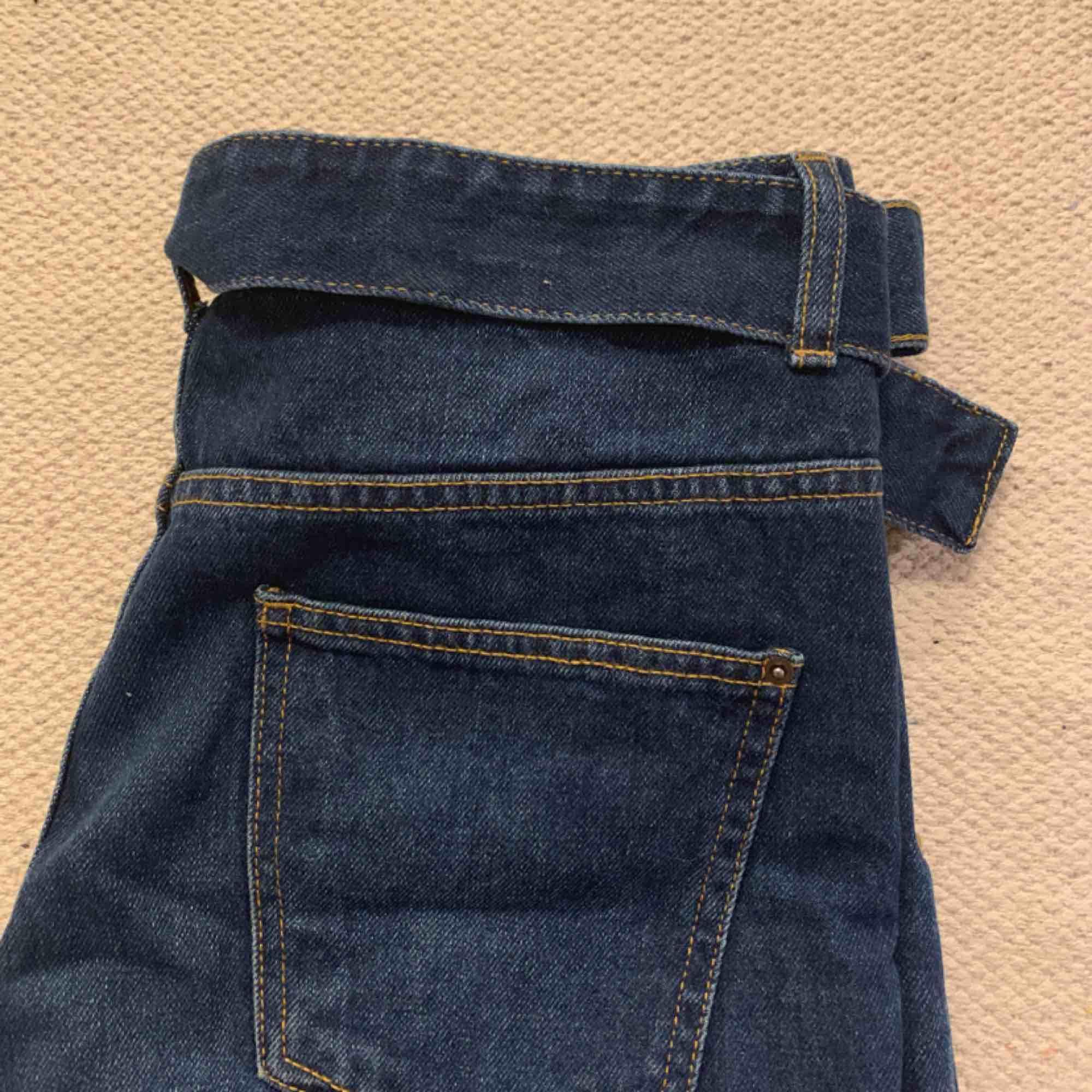 Jeans zara raka med bälte  Storlek 38  150 ink  Fint skick använda 1 gng. Jeans & Byxor.