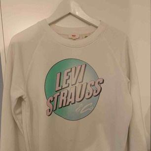 Levi's långärmad sweatshirt S Lite kroppar svag fläck längst ner  Använd ett fåtal gng fint skick  200 ink