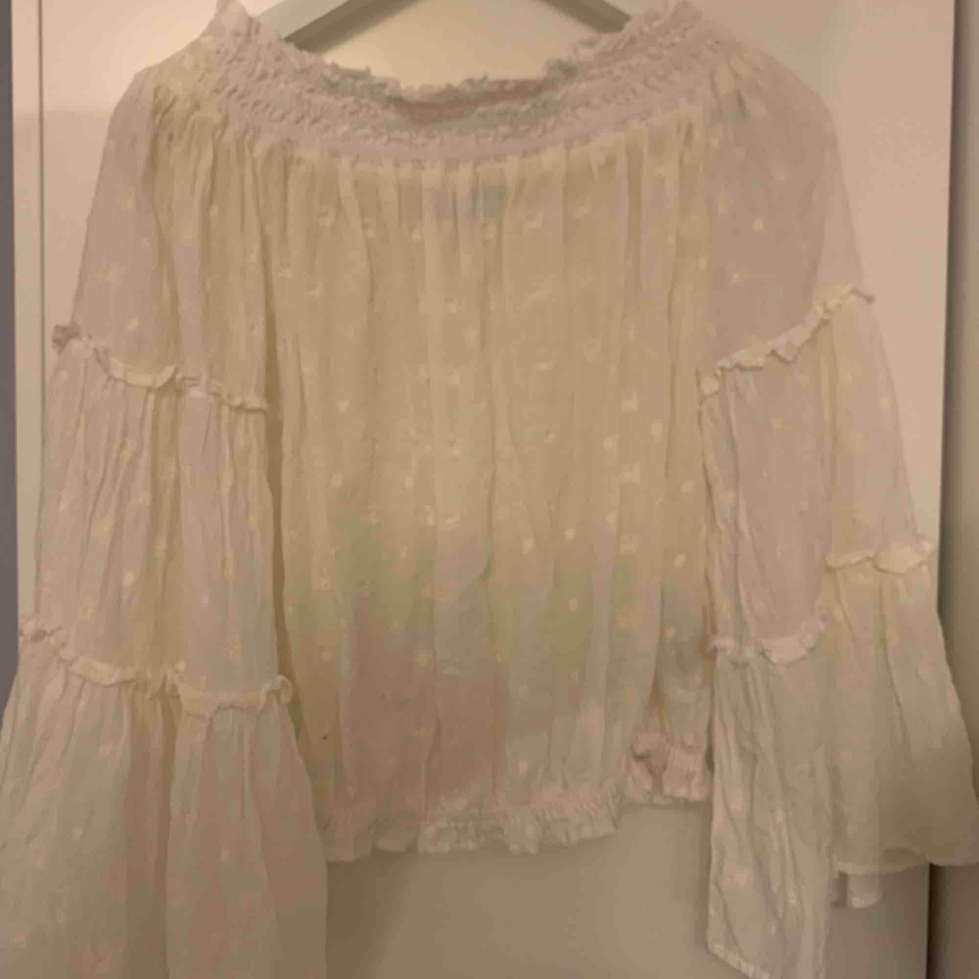 Zara blus S  Aldrig använd  Kan används som både off shoulder och som vanlig  Vida armar  Lite kroppad  175 ink. Toppar.
