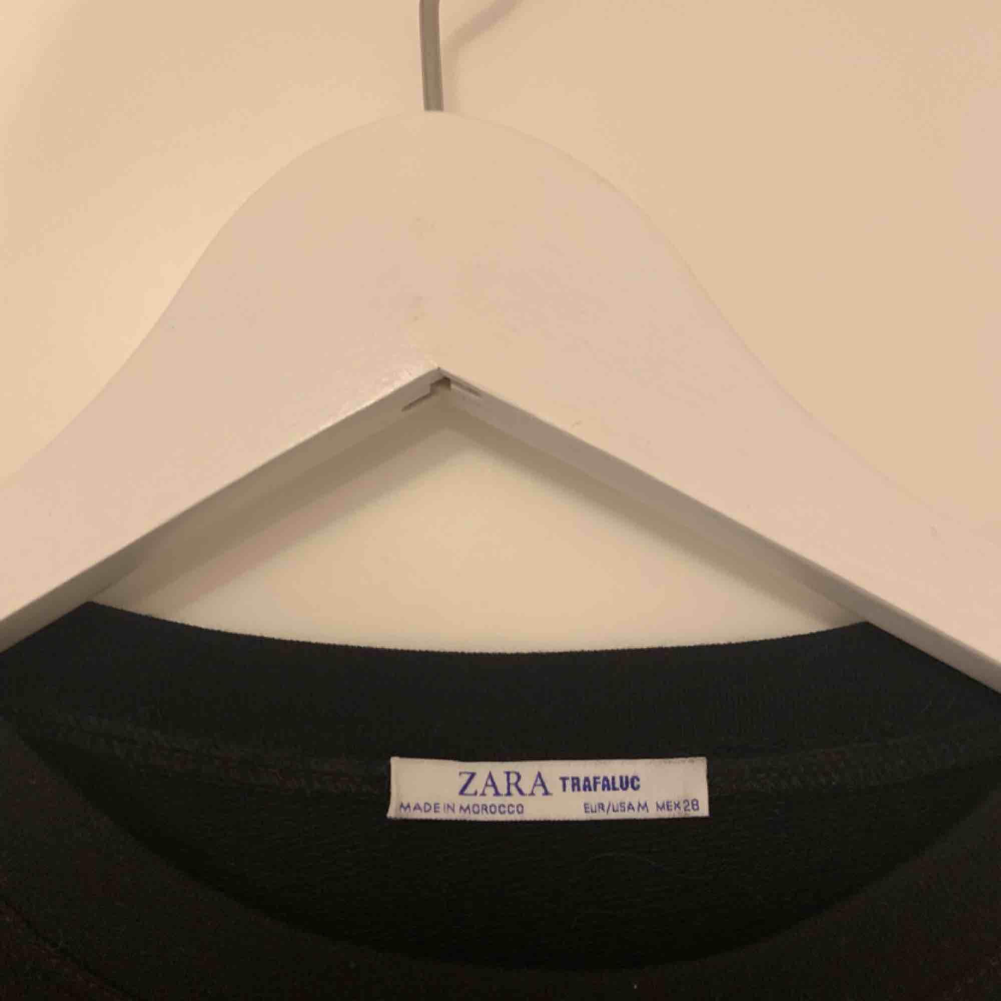 Zara långärmad tröja M skulle själv säga XS/S  Knut längst ner  Använd 1 gng  175 ink. Toppar.