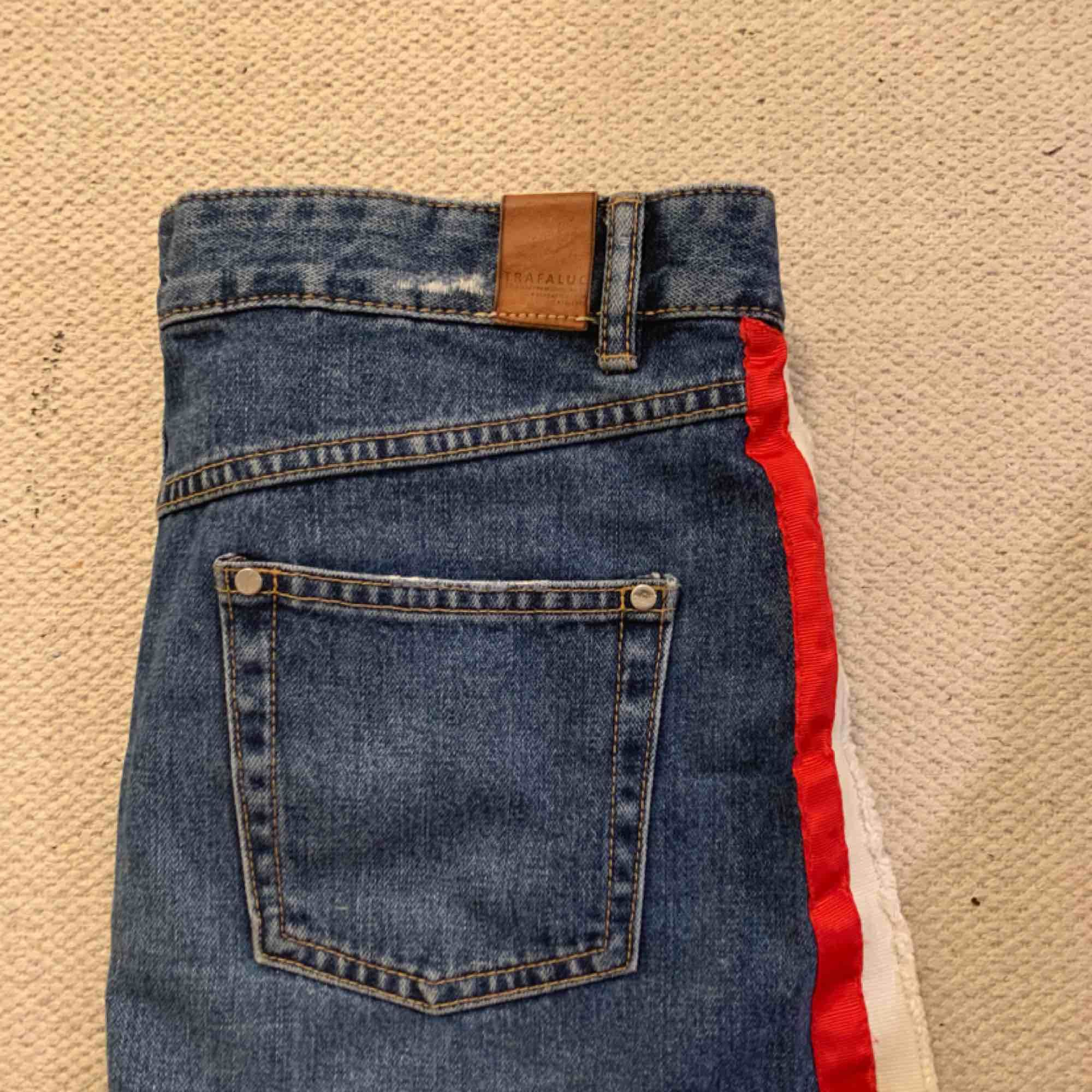 Zara jeans kjol med detalj band på vardera sida  M  150 ink. Kjolar.