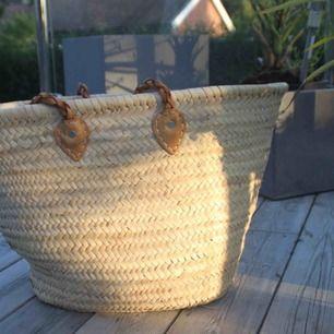 Helt oanvänd korg/strandväska från Tine K. Köpt på Blackballoon.se. Kan användas lika gärna som korg för filtar eller dylikt eller som stor och rymlig strandväska. Säljer pga allergi (rekommenderas ej för hö-allergiker)