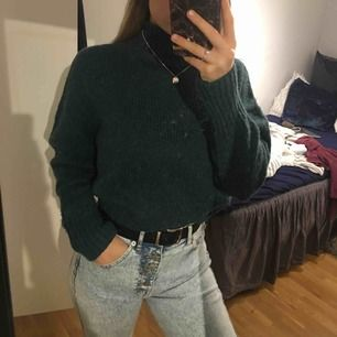(Intressekoll) Stickad tröja i fin mörkgrön färg, superskick! Xs på lappen men oversized på mig som e S så passar även M, xs-m.💕💕