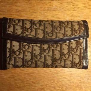 Vintage plånbok Christian Dior. OBS: vet ej om den är äkta då jag ärvt den av min farmor. Se bilder och avgör om du vill chansa!   Märkt med cowhide (ko-läder).   250 med frakt annars avhämtning