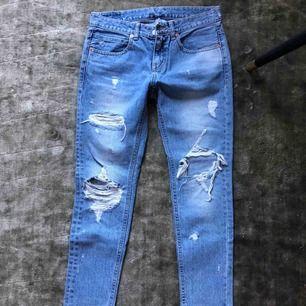 Skitanygga boyfriend jeans. Dock för stora för mig därav sälj. Strl 26 (motsvarar S). Kommer från ett djur och rökfritt hem. Spårbar frakt med postnord 63kr bekostas av köpare.