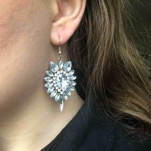 Diamantörhängen i fint skick, endast använda ett fåtal gånger. Ploppar medföljer ej då de är borttappade, men eftersom det inte är en pigg utan ett hänge så sitter de kvar i alla fall. Köparen står för frakten!