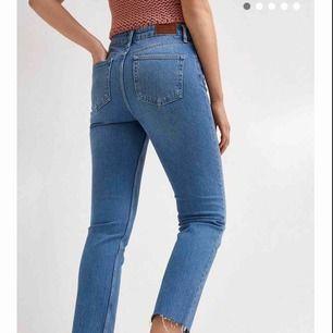 Blåa jeans från urban outfitters   W26  L32  Använda 2 gånger så nästan helt oanvända   Köpta för ca 500-600kr  Betalning sker via swisha Kan mötas i nacka eller i slussen, om köparen vill ha jeansen skickade till sug står köparen för frakten:)