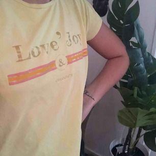 Gul tröja från love'joy   Storlek står inte men skulle tro att det är S  Köpt för ca 500kr  Skik: Så gott som nytt