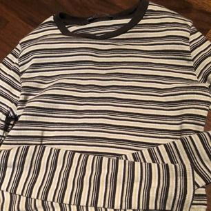 Brun/beige långärmad cropped tröja från brandy Melville   Storlek XS   Betalning sker via swish  Kan mötas i nacka eller i slussen, om köparen vill ha tröjan skickad till sig betalar köparen för frakten:)