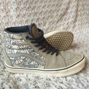 Limited edition Don Pendleton Vans sk8 hi lite - superlättviktiga o sköna skor som är köpta i Vans-butiken i SF, och mkt sparsamt använda då de tyvärr är lite för små för mig. Älskar dem, hoppas de kan få ett nytt hem där de kommer till användning!