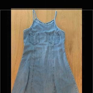 Säljer denna supersöta vintage jeansklänningen. Rätt tajt över midjan och bysten och utsvängd skater skirt. Köpt på humana. Superfin med en långärmad tröja under och ett öar docs till🥰köpare står för frakt.