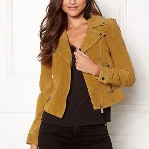 Jättefin gul skinnjacka från Vero Moda i äkta läder. Näst intill oanvänd, så den är som ny!💗 Nypris 900 kr.