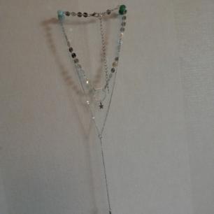 Halsband i silverfärgad metall med ställbar kedja