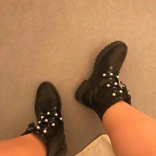 Höstens trendiga sko, ett par boots från public desire med pärldetaljer på, en annan hösttrend. Två i en helt enkelt! Säljer pga för stora. Köparen står för frakten