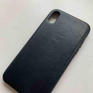 Äkta iPhone X/XS skal. Små skador, skriv privat så skickar jag bild, men i överlag fint skick. Skalet är svart i skinn. Köpt för 500kr