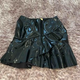 Snygg svart lackkjol från h&m! Passar både XS & S.