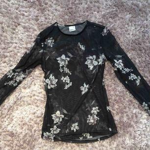 Skitsnygg långärmad tröja i mesh. Helt klart en favorit i min garderob men används tyvärr inte längre. Stl XS.
