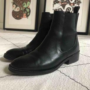 Vagabond svarta boots i äkta skinn i jättefint skick. Säljes pga inte kommer till användning. Kan skickas mot frakt eller mötas upp i Stockholm.