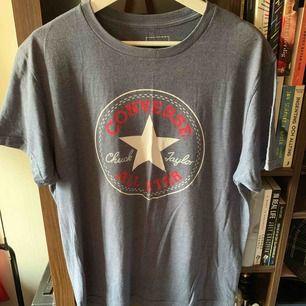 Marinblå t-shirt från Converse i storlek M. Säljs pga används inte längre. Kan mötas upp i Stockholm, annars står köpare för frakt.