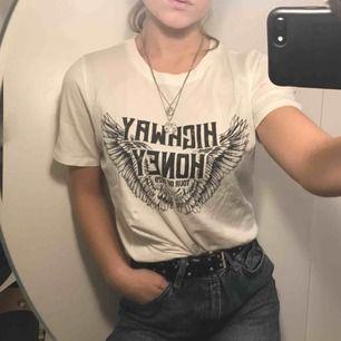 """Vit t-shirt med tryck """"highway honey"""" på."""