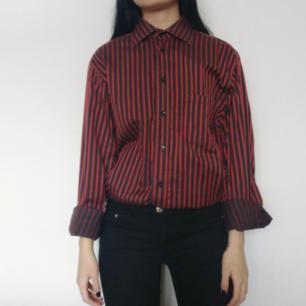 Snygg svart röd randig skjorta i mycket bra skick! 🌚 Storlek 41 vilket är ca en L men passar även XS-L beroende på hur man vill att den ska sitta. Ofc unisex!!  Fri frakt 💌