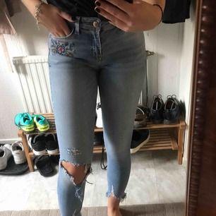 Jeans ifrån zara med snygga slitningar nere vid fötterna och ett fint broderat mönster vid vänster ficka. Kan mötas upp i Stockholm annars står köparen för frakten.