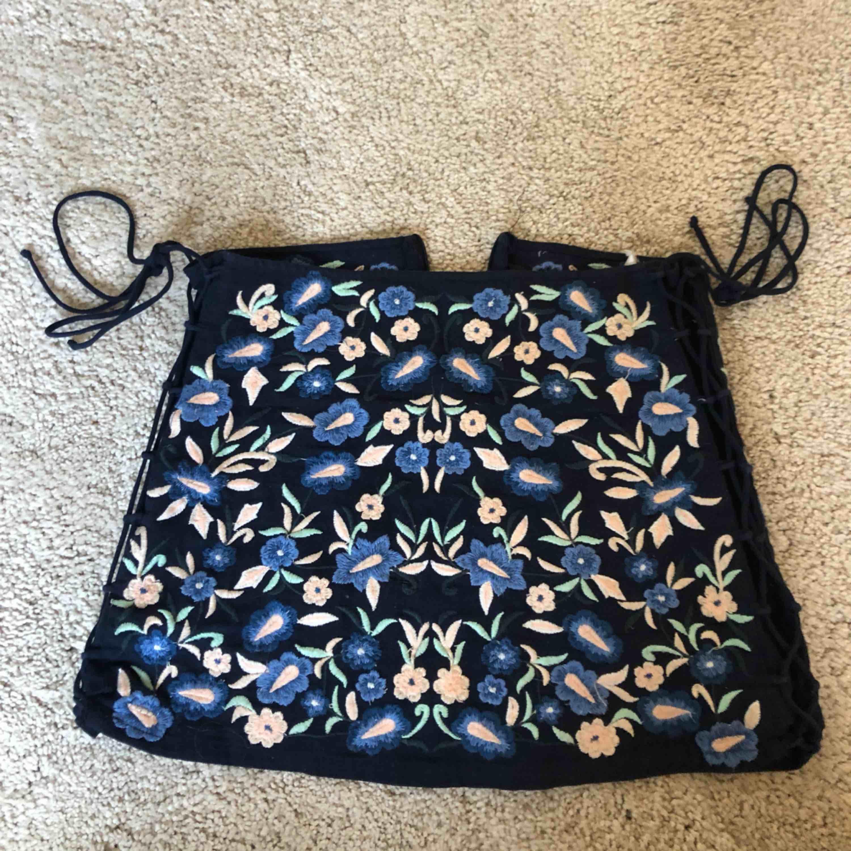 Zara kjol som använts flitigt! Dragkedja där bak och knyten på sidan! Lappen är tradig på andra sidan men annars i bra skick! Tar swish! Köparen betalar frakt och kostnaden beror på vart du bor i Sverige! . Kjolar.