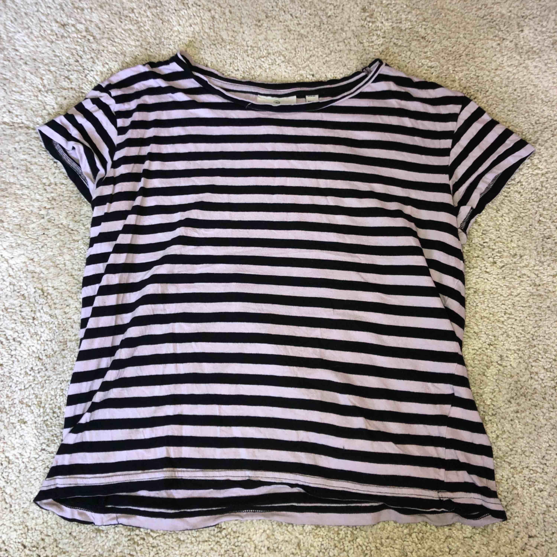 Cheap Monday T-shirt som använts flitigt under x antal år, men ändå i bra skick! Tar swish! Köparen betalar frakt och kostnaden beror på vart du bor i Sverige!. T-shirts.
