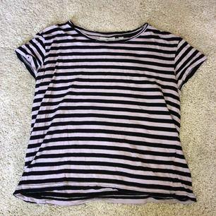 Cheap Monday T-shirt som använts flitigt under x antal år, men ändå i bra skick! Tar swish! Köparen betalar frakt och kostnaden beror på vart du bor i Sverige!